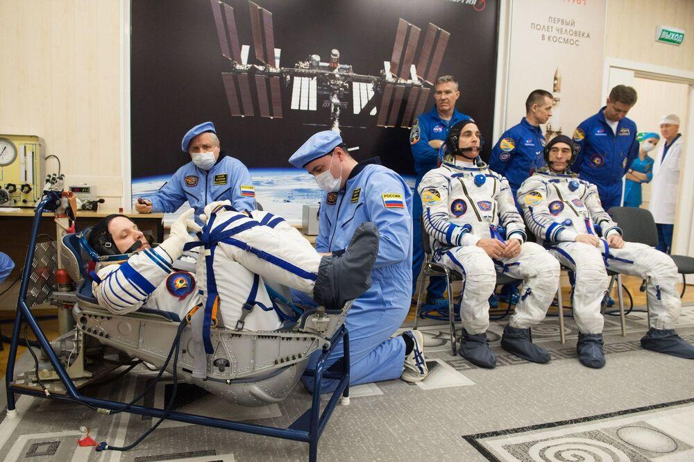 Członkowie ekspedycji MSK-63 przed startem
