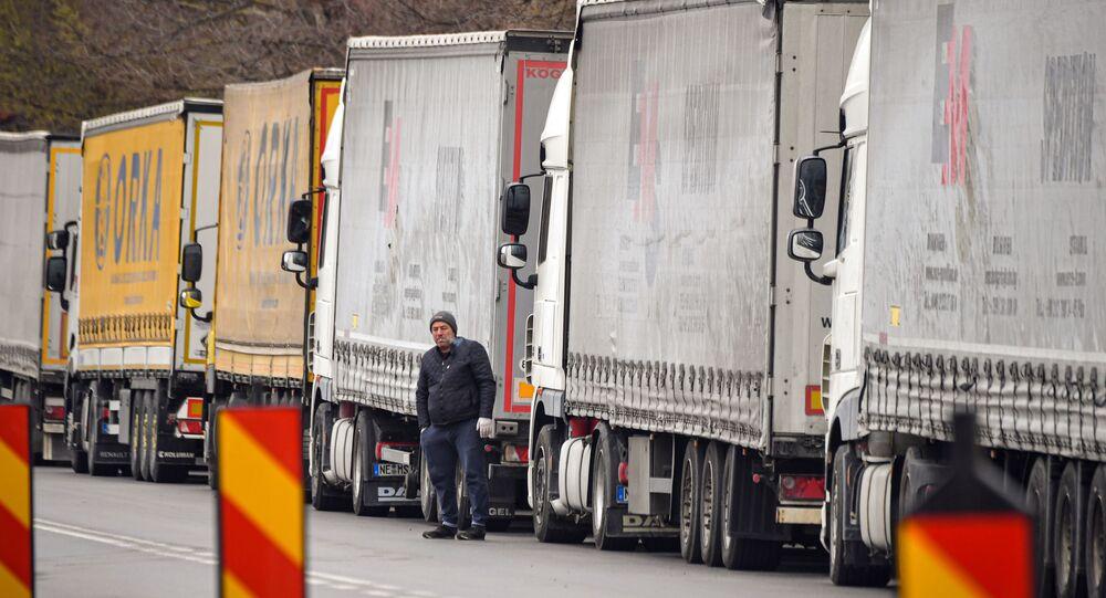 Kierowca ciężarówki w kolejce na granicy Rumunii i Bułgarii