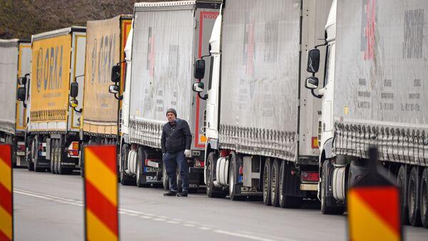 Kierowca ciężarówki w kolejce na granicy Rumunii i Bułgarii - Sputnik Polska
