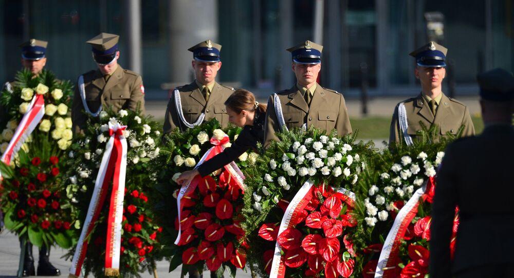 Złożenie wieńców i oddanie hołdu ofiarom katastrofy przed pomnikami prezydenta Lecha Kaczyńskiego oraz wszystkich ofiar katastrofy