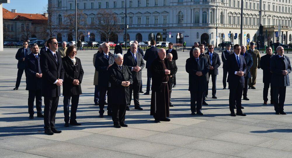 Oddanie hołdu ofiarom katastrofy przed pomnikami prezydenta Lecha Kaczyńskiego oraz wszystkich ofiar katastrofy