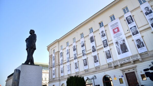 Pomnik Lecha Kaczyńskiego oraz portrety urzędników, którzy zginęli w katastrofie lotniczej pod Smoleńskiem podczas obchodów 10. rocznicy katastrofy pod Smoleńskiem - Sputnik Polska