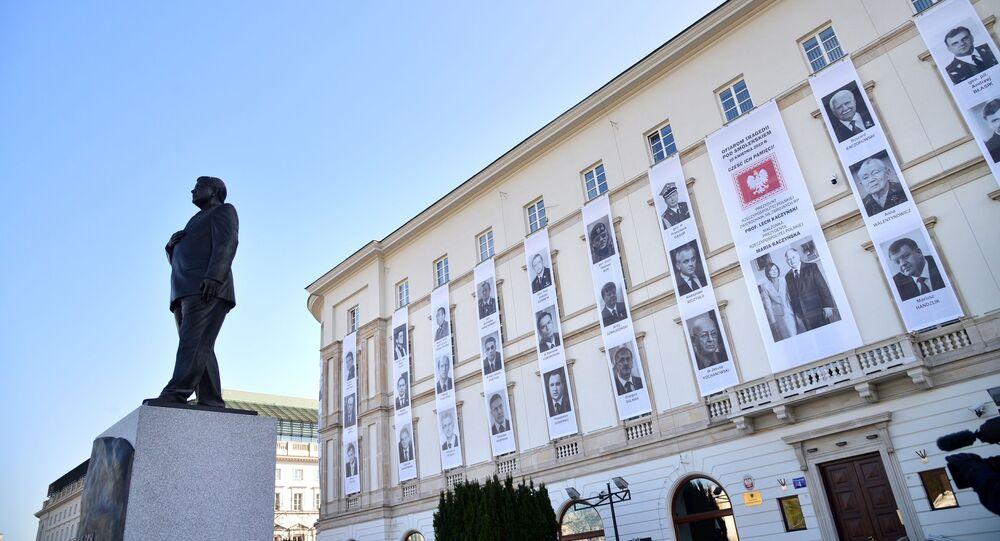 Pomnik Lecha Kaczyńskiego oraz portrety urzędników, którzy zginęli w katastrofie lotniczej pod Smoleńskiem podczas obchodów 10. rocznicy katastrofy pod Smoleńskiem