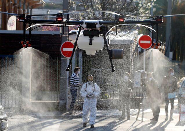 Dezynfekcja ulic dronem w Cannes.