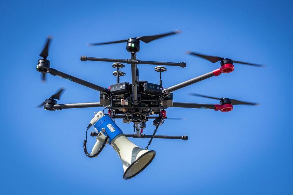 Holenderski dron policyjny do monitorowania zachowania odległości podczas kwarantanny.