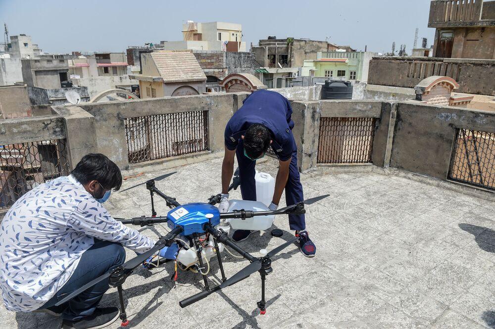 Przygotowanie do testów drona w Ahmedabadzie w Indiach.