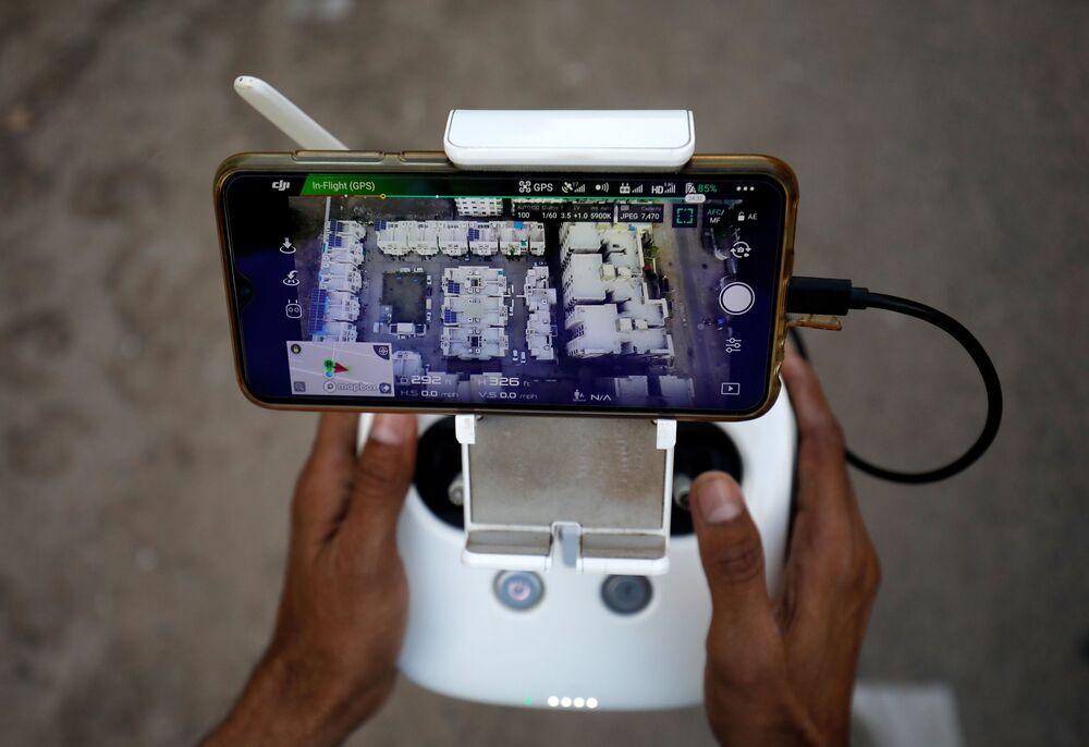 Panel kontrolny drona do monitorowania ruchu ludzi w związku z koronawirusem w dzielnicy mieszkalnej w Ahmedabadzie w Indiach.