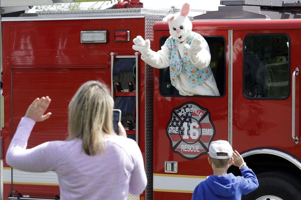 Mężczyzna w stroju królika podczas świąt wielkanocnych w USA