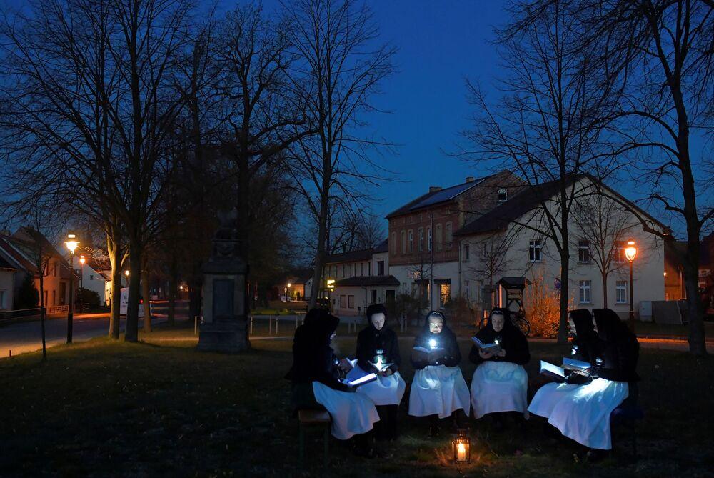 Kobiety śpiewają podczas świąt wielkanocych w Niemczech