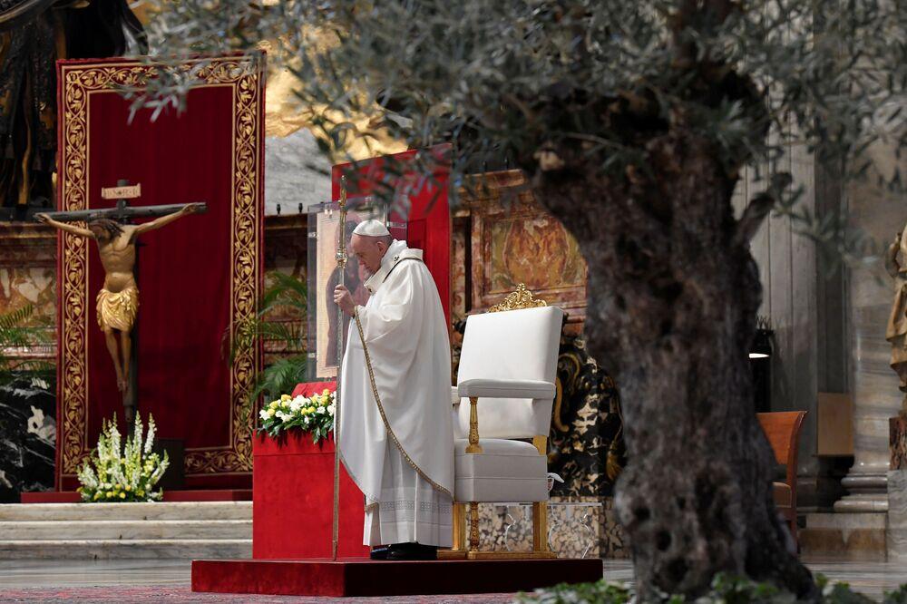 Papież Franciszek odprawia mszę w Bazylice Świętego Piotra bez udziału ludzi w niedzielę wielkanocną w Watykanie