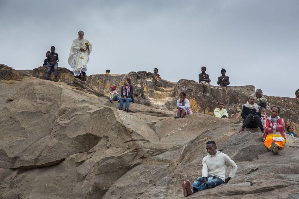 Kapłan sprawuje nabożeństwo wielkanocne w Antananarywie na Madagaskarze