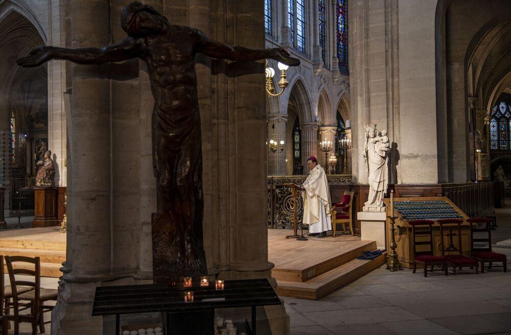 Arcybiskup Paryża podczas nabożeństwa wielkanocnego w kościele Saint-Germain-l'Oxerrois w Paryżu