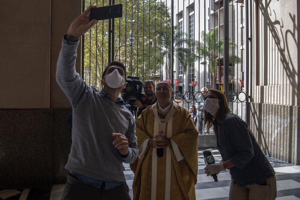 Po mszy wielkanocnej dziennikarze robią zdjęcia z urugwajskim kardynałem w pustej katedrze