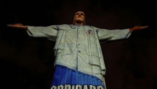 Pomnik Chrystusa Odkupiciela z podświetleniem w kształcie fartucha medycznego na górze Corcovado w Rio de Janeiro - Sputnik Polska