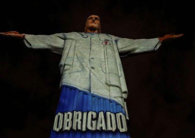 Pomnik Chrystusa Odkupiciela z podświetleniem w kształcie fartucha medycznego na górze Corcovado w Rio de Janeiro