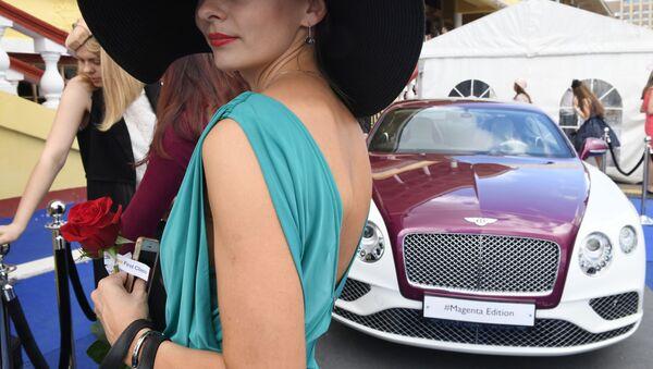 Kobieta przy Bentleyu - Sputnik Polska
