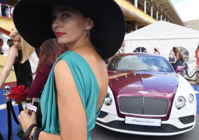 Kobieta przy Bentleyu