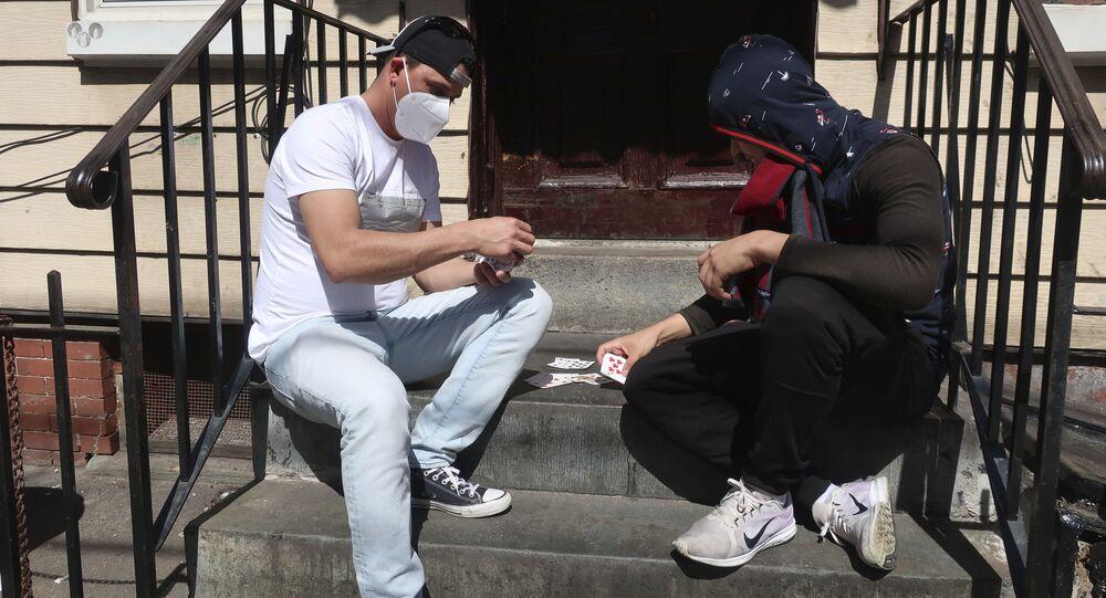 Mężczyźni w maskach grają karty, Brooklyn, Nowy Jork