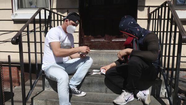 Mężczyźni w maskach grają karty, Brooklyn, Nowy Jork - Sputnik Polska