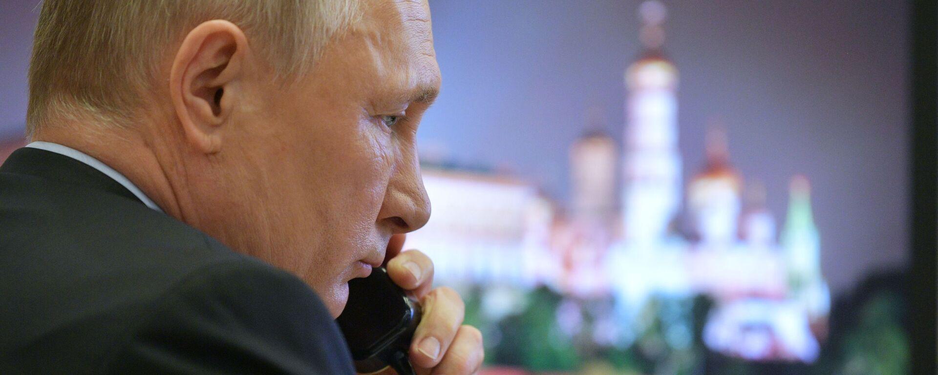 Prezydent Rosji Władimir Putin rozmawia przez telefon - Sputnik Polska, 1920, 13.04.2021
