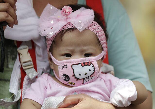 Dziewczynka w masce Hello Kitty, Filipiny