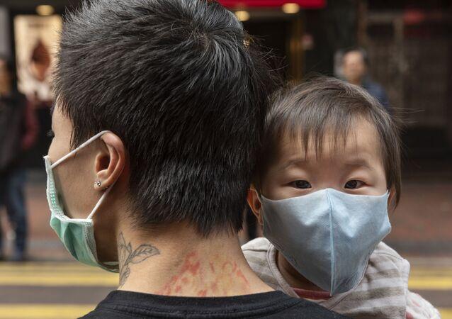 Dziecko w masce ochronnej, Hongkong