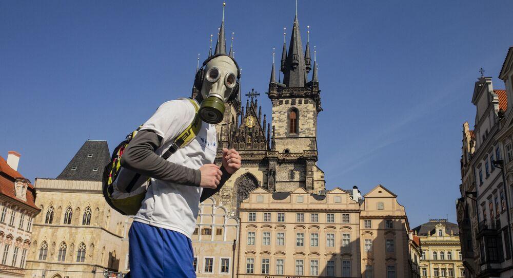 Mężczyzna w masce przeciwgazowej w Pradze