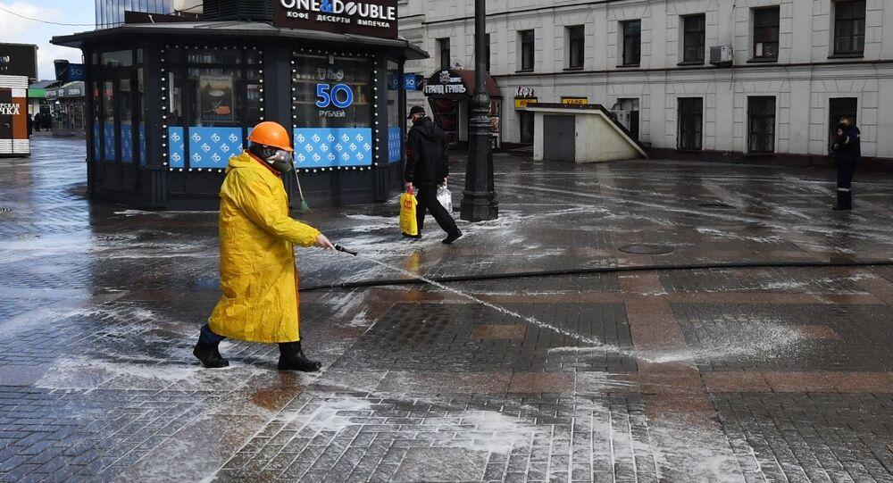 Dezynfekcja dróg i chodników w Moskwie