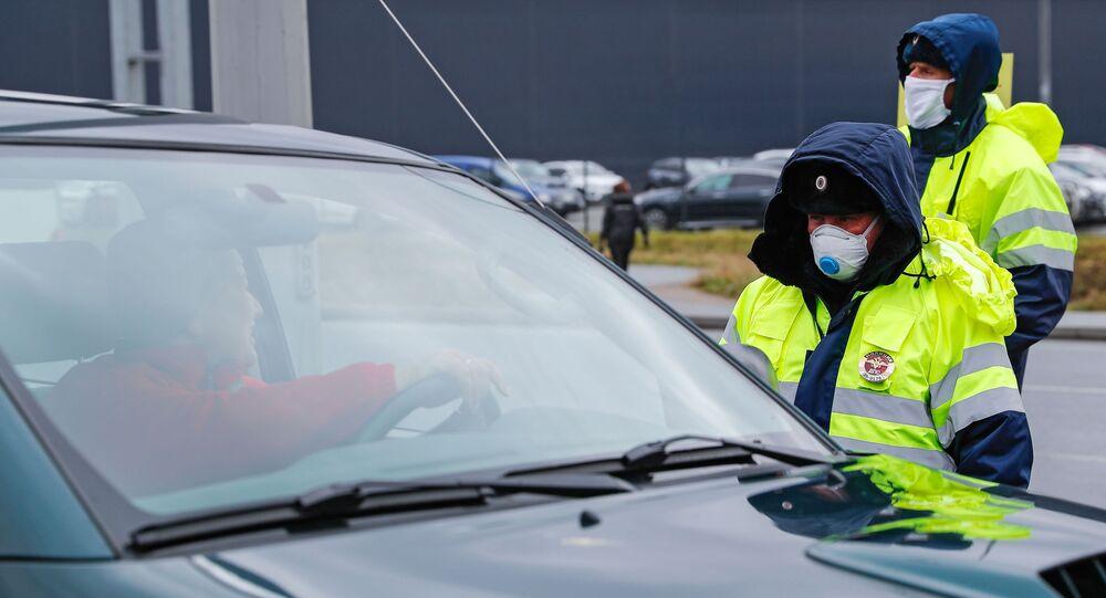 Funkcjonariusze policji na wjeździe do Kaliningradu