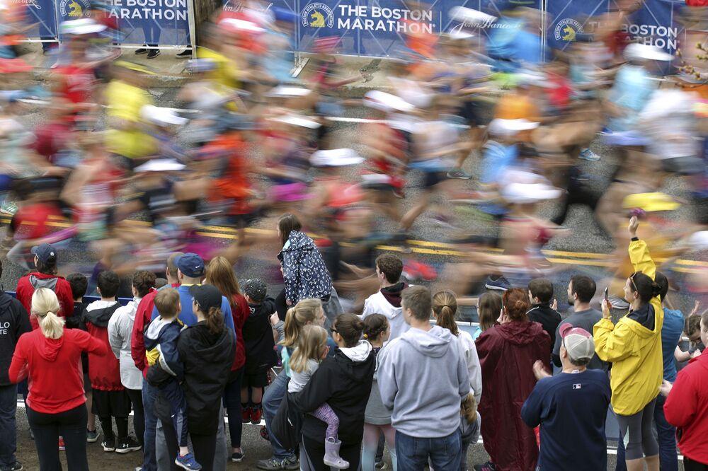 Kibice i uczestnicy maratonu w Bostonie, USA