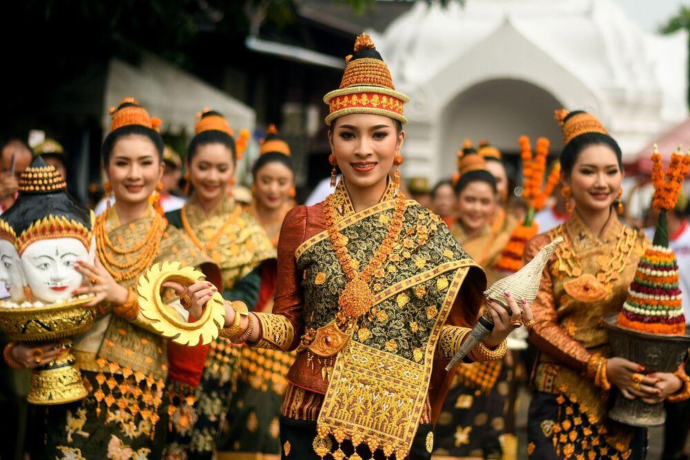 """Zwyciężczyni konkursu Miss Laos New Year lub """"Nang Sang Khan"""" Mila Douangximay wraz z pozostałymi sześcioma wybranymi uczestniczkami, z których każda symbolizuje siedem córek króla Kabinlaphoma, biorących udział w corocznym Nowym Roku Laosu"""