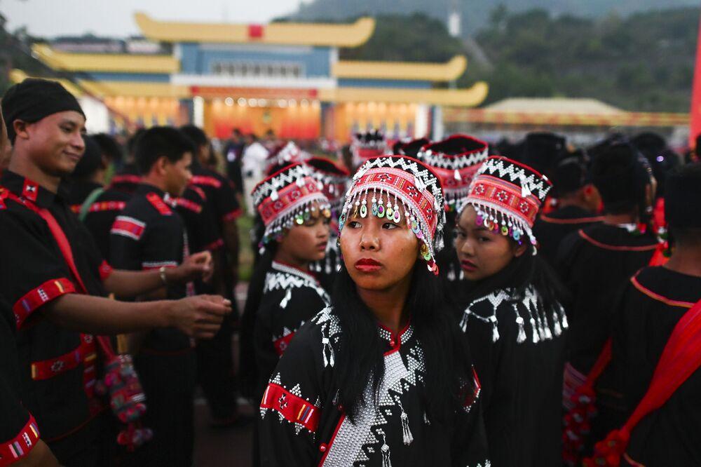 Dziewczyna w tradycyjnym kostiumie podczas próby parady w Myanmar