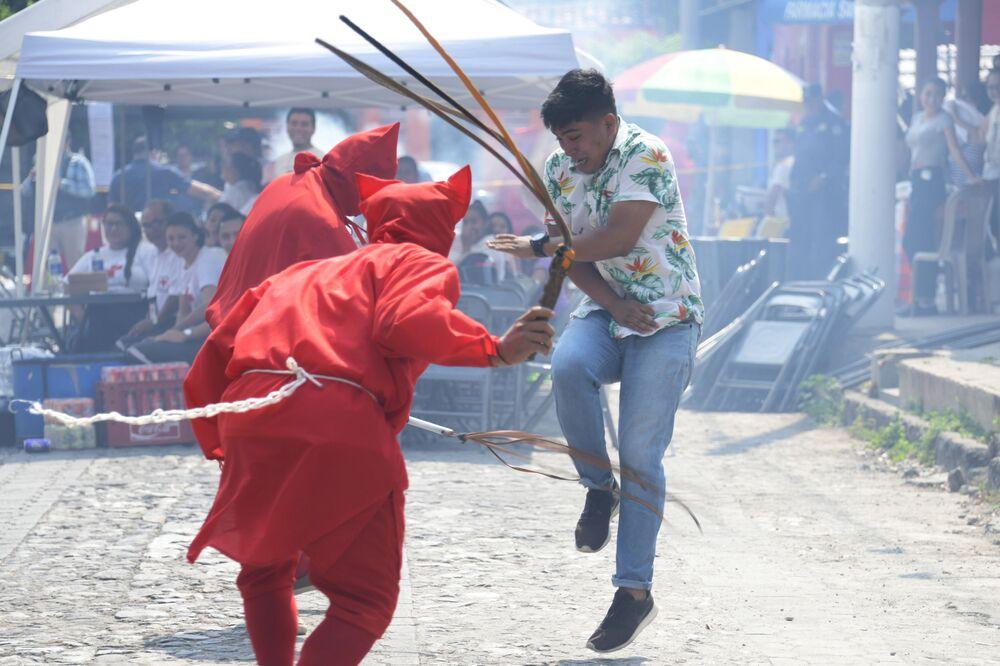 Uczestnicy tradycyjnej uroczystości podczas Wielkiego Tygodnia w  San Salvador