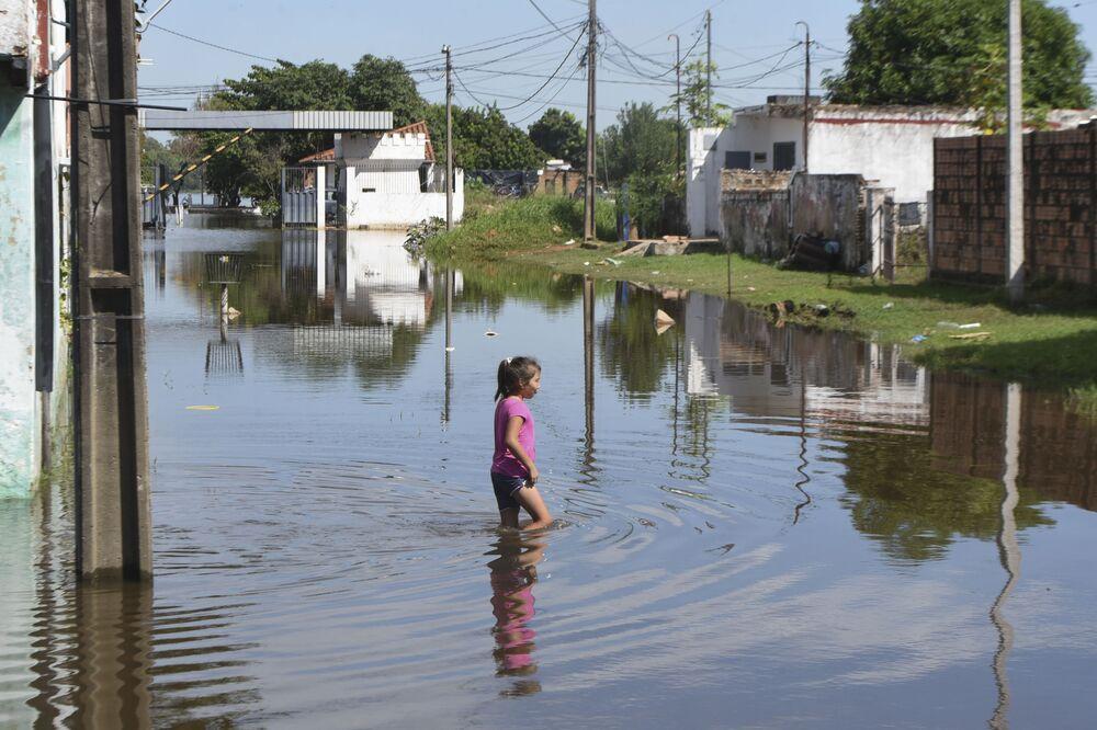 Dziewczyna na ulicy podczas powodzi w Paragwaju