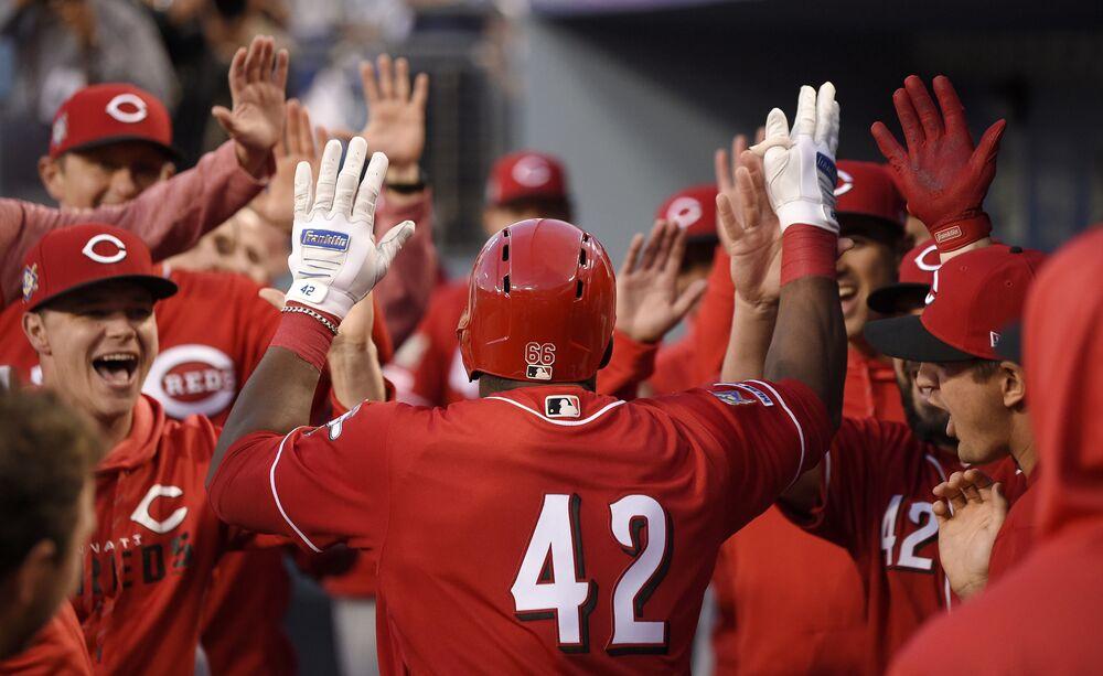 Yasiel Puig  gratuluje kolegom z drużyny podczas meczu baseballowego w Los Angeles