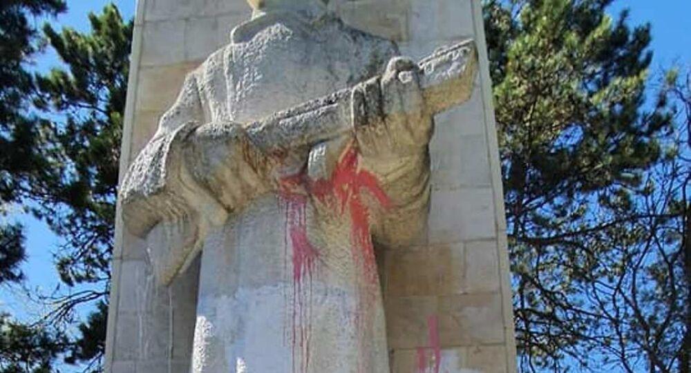 """Monument, który znany jest w mieście pod nazwą """"Alosza"""" chuligani oblali różową i białą farbę."""