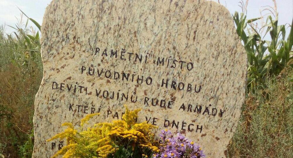 Памятный знак на месте, где было захоронено девять солдат Красной армии