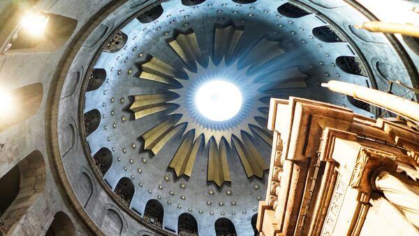Zejście Świętego Ognia w Bazylice Grobu Pańskiego w Jerozolimie. - Sputnik Polska