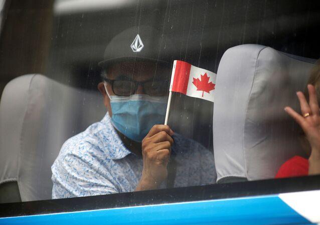 Mężczyzna w masce z flagą Kanady