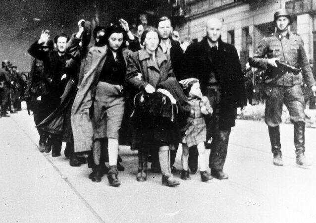 Żydzi eskortowani w drodze do obozu śmierci w Treblince,1942