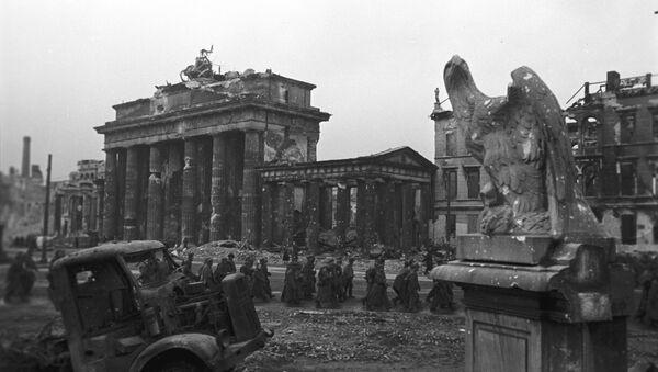 Kolumna niemieckich jeńców w Berlinie, 1945 - Sputnik Polska