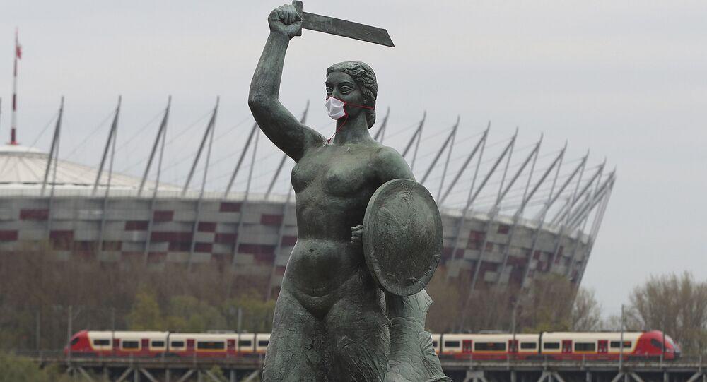 Warszawska Syrenka nad Wisłą w masce ochronnej