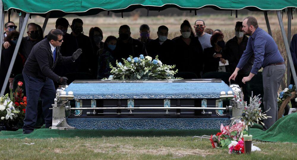 Krewni na pogrzebie zmarłego na COVID-19, USA