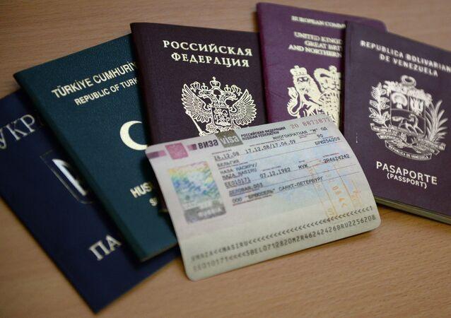 Paszporty różnych państw i wiza do Rosji