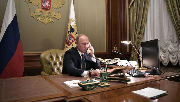 Władimir Putin w czasie rozmowy telefonicznej - Sputnik Polska
