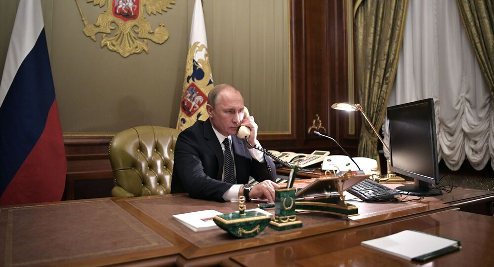 Władimir Putin w czasie rozmowy telefonicznej