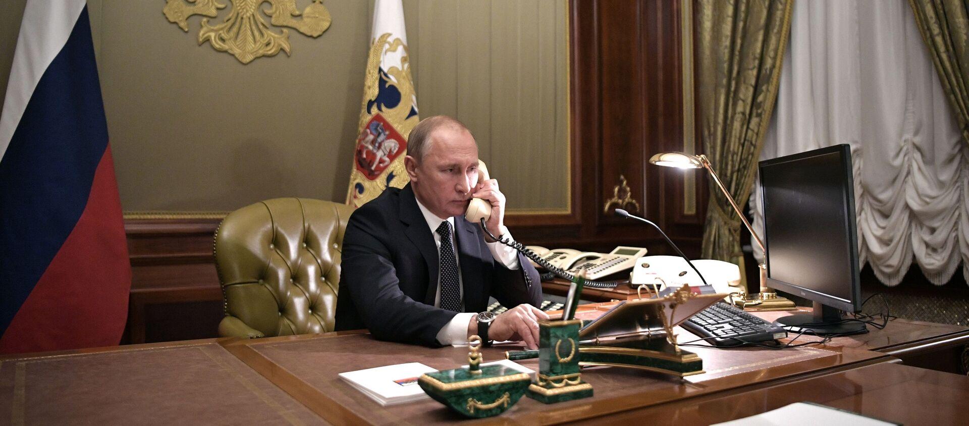 Władimir Putin w czasie rozmowy telefonicznej - Sputnik Polska, 1920, 07.06.2021