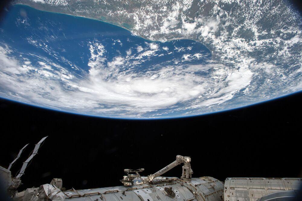 Tropikalna burza widziana z MSK
