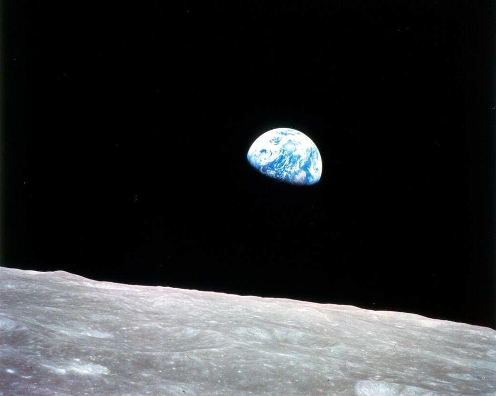 Pierwsze zdjęcie Ziemi z orbity księżycowej, zrobione 24 grudnia 1968 r. podczas misji Apollo 8