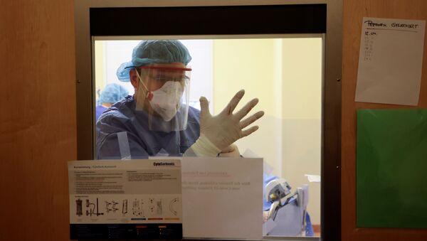 Lekarz na oddziale intensywnej terapii w szpitalu Havelhoehe w Berlinie, Niemcy - Sputnik Polska